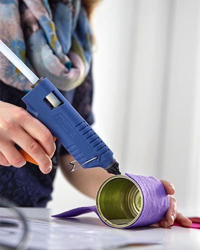 Mit Hilfe der Heißklebepistole an der Dose befestigen
