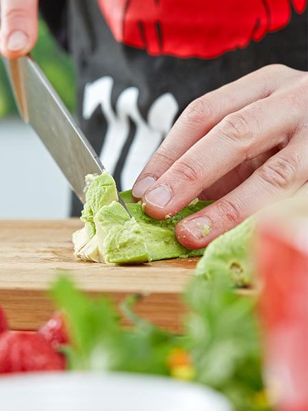 Avocados schälen und schneiden - Erdbeer-Avocado-Salsa