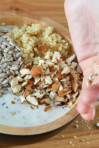 Sonnenblumenkerne, Quinoa und Mandeln hinzufügen