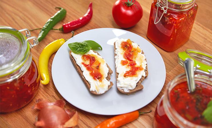 Tomaten Marmelade passt perfekt zu Frischkäse