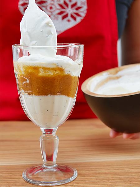 Joghurt und Kürbismasse abwechselnd in die Gläser füllen