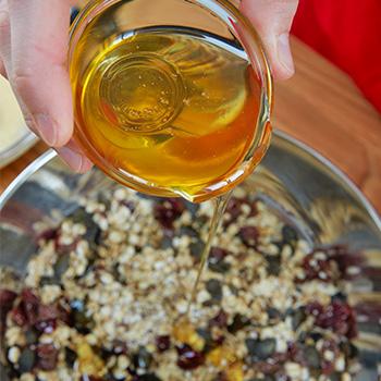 flüssigen Honig hinzufügen