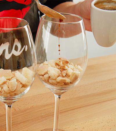 Biskuit-Stückchen einfüllen und mit Espresso beträufeln
