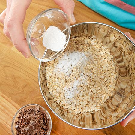 Mehl, Haferflocken, Salz, Backpulver und Schokostückchen...