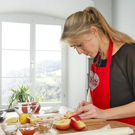 Halbierte Äpfel in dünne Scheiben schneiden