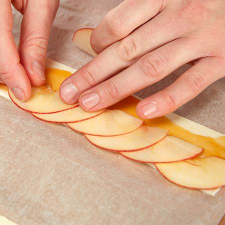 Apfelscheiben auflegen