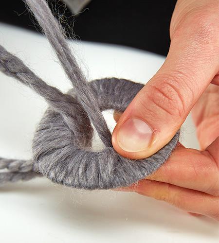 ...Kartonringe mit Wolle umwickeln....