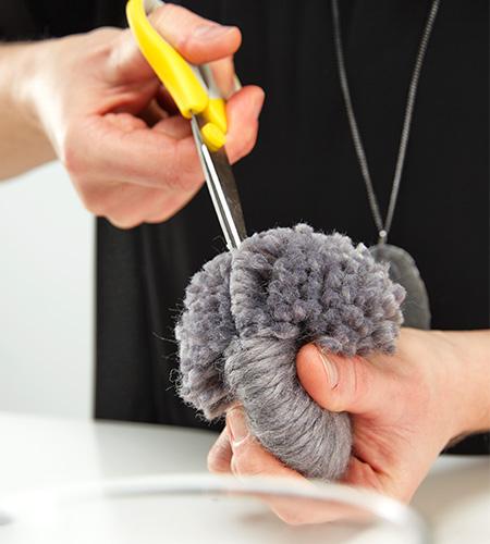 ..entlang vom Grad, die Wolle aufschneiden