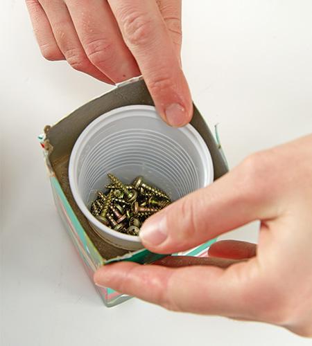 Ebenso den Plastikbecher im Tetrapack