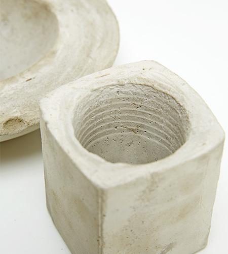 Die getrockneten Gefäße au der Form nehmen