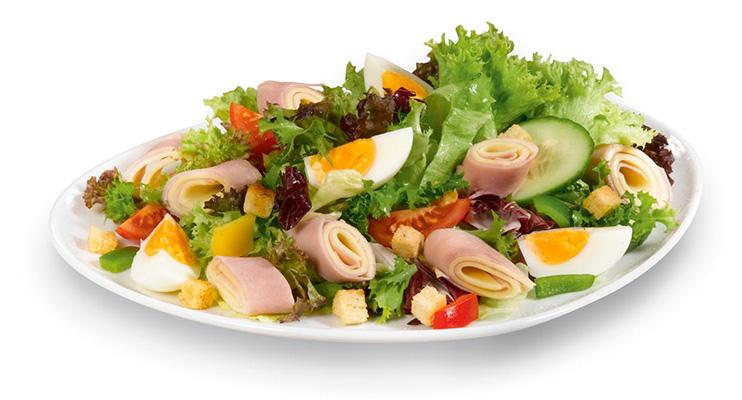 Blattsalat mit Schinken-Käseröllchen