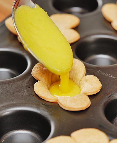 ..die Zitronencreme in die Blätterteigblumen füllen