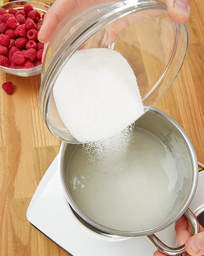 Zucker und Wasser erwärmen