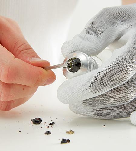 ....mit einem Schraubenzieher den Glasverschluß brechen