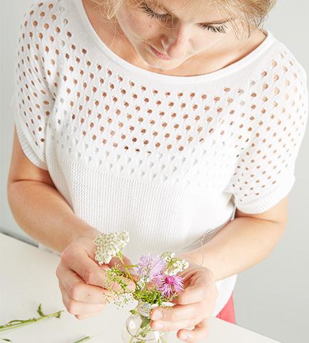 ....mit Wasser und frischen Blumen füllen
