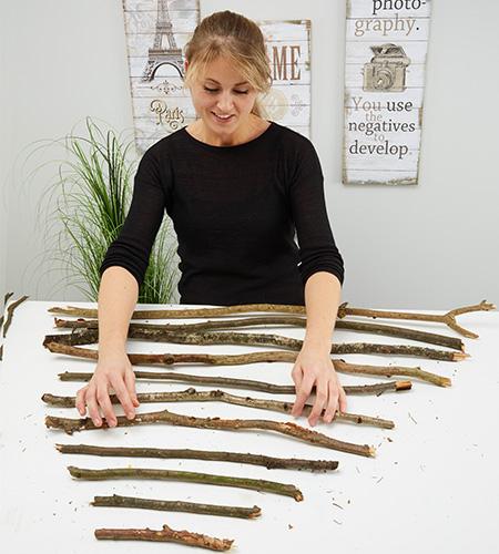 ...die Holzstecken in der passenden Form auflegen