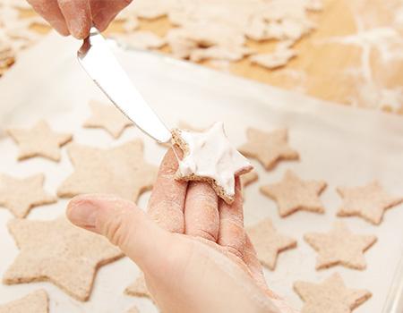 .....die Kekse mit der Eiweißcreme bestreichen