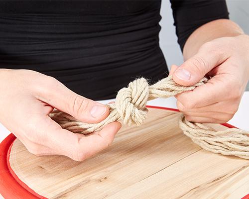 Für die Aufhängung, die Wollfäden verknoten