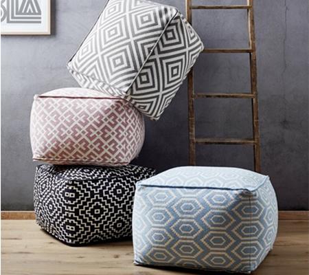 Sitzpouf mit geometrischen Mustern