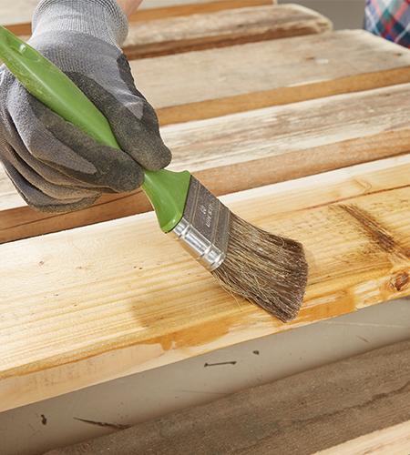 ..die Holzlasur großzügig mit einem Pinsel auftragen