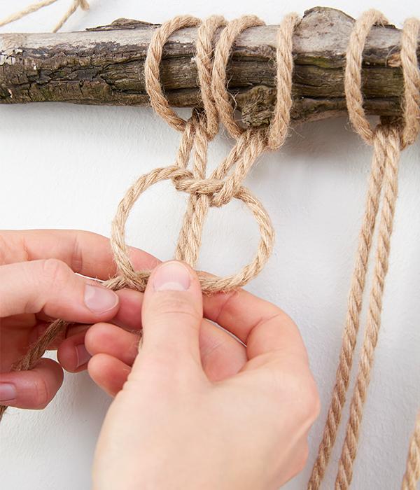 Mit den ersten beiden Strängen knüpft man einen Kreuzknoten