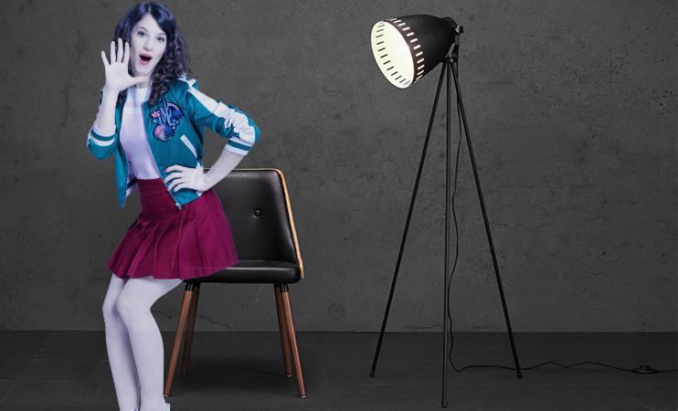 Mia mit schwarzen Stuhl und schwarzer Stehlampe