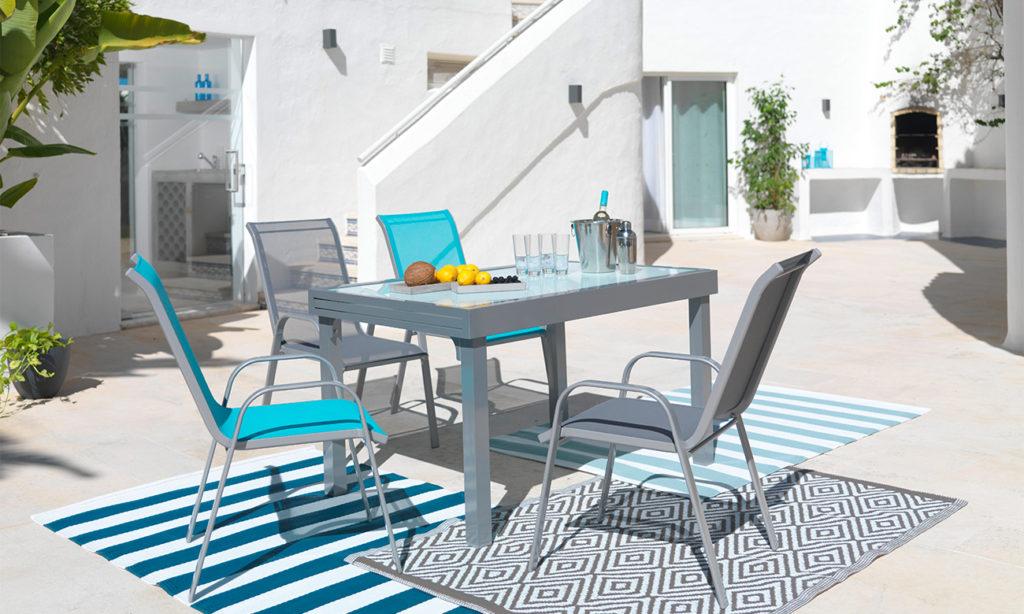 Gartengarnitur auf heller Terrasse - perfekt zum Grillen mit Freunden