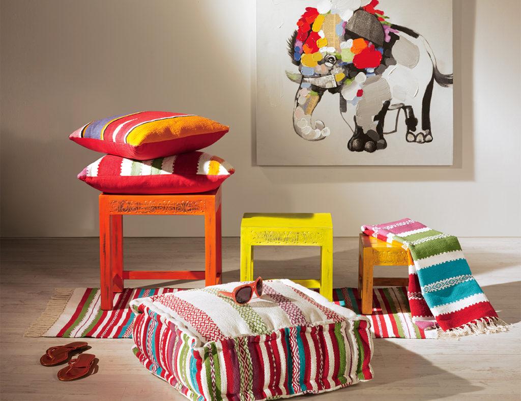 Sitzkissen und bunte Holzhocker im mexikanischen Stil