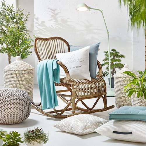 Schaukelstuhl mit umgebenden Pflanzen