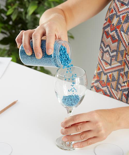 Das Weinglas mit Deko füllen