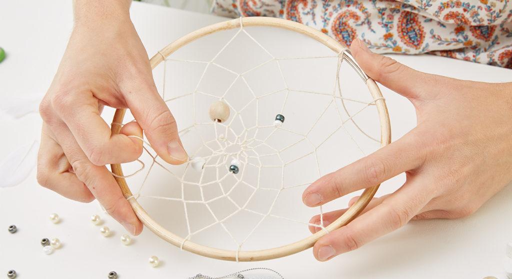Wer will kann Perlen mit in das Netz des Traumfängers knüpfen