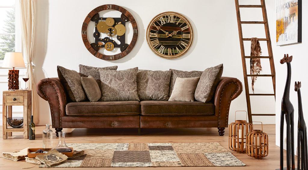 Wohnzimmer mit Couch im Safari Style