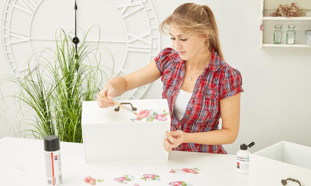 Die Servietten vorsichtig mit Kleber auf das Möbelstück auftragen