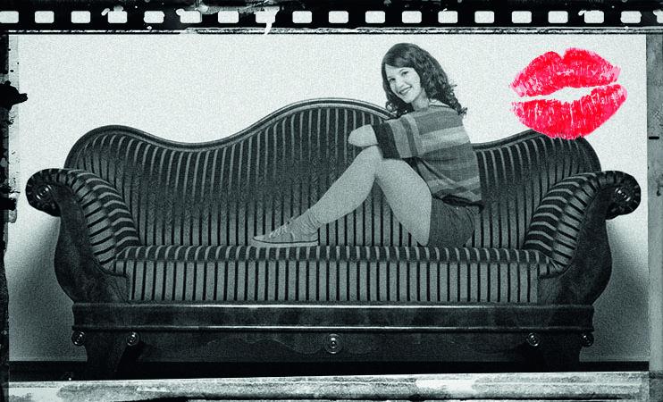 Mia Hausgeist auf der Couch aus Samt