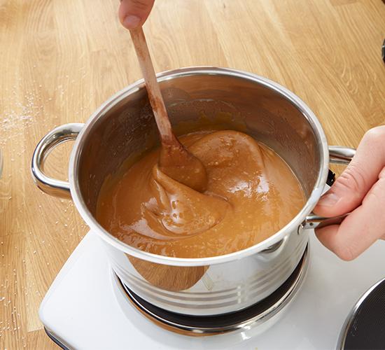 Mit Butter, Milch und Vanille zu einer flüssigen Masse verschmelzen