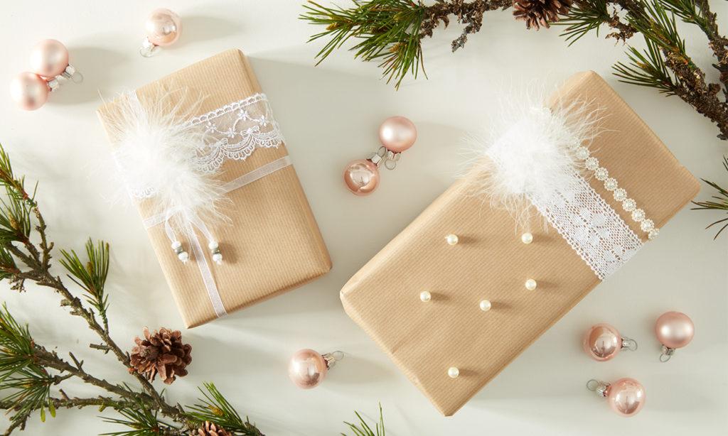 Weihnachtliche Geschenkverpackung mit Spitze und Perlen