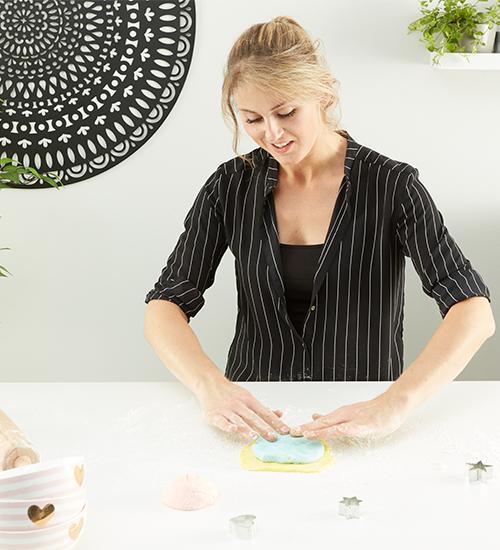 Arbeitsfläche mit Speisestärke bestreuen und Knetmasse bearbeiten