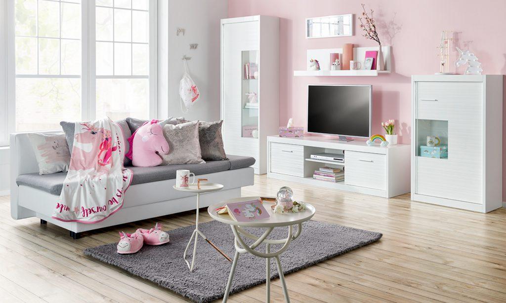 Wohnzimmer im Shopping Queen Stil - in den Farben Rosa, Weiß und Grau