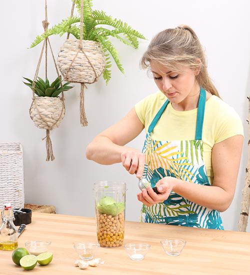 Avocados schälen und in den Mixer geben
