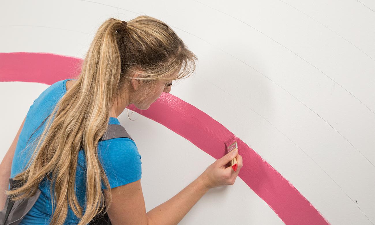 Die einzelnen Farbstreifen mit Pinsel oder Farbroller ausmalen