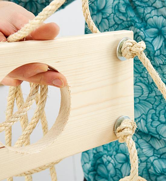 Mit Hilfe eines Knoten und einer Beilagscheibe werden die Bretter in die richtige Höhe gesetzt