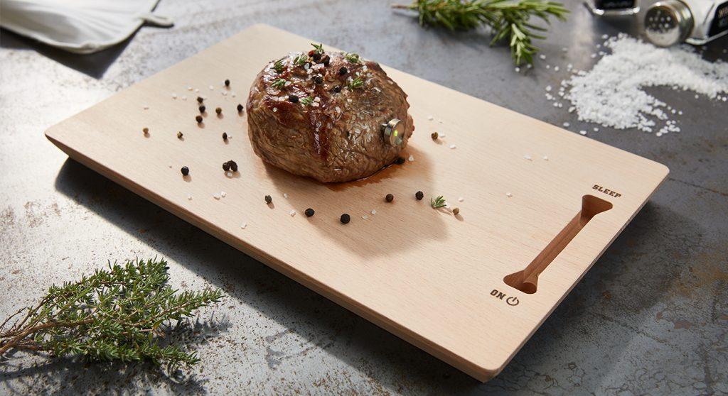 Saftiges Steak mit Steakchamp auf Schneidebrett