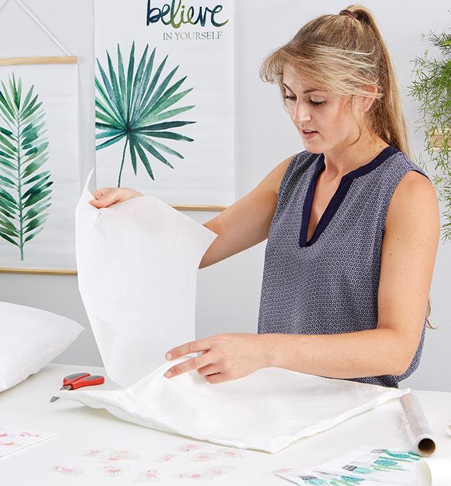 Bevor man mit dem Bügeln starte ein Blatt Backpapier unter das Textil legen