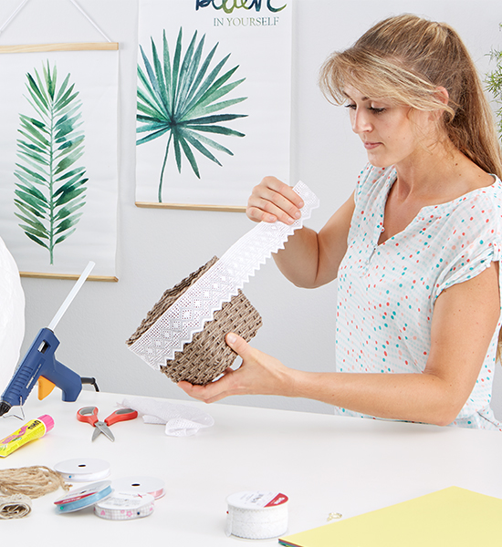 Geflochtener Papierkorb mit einer Spitzenbordüre verzieren