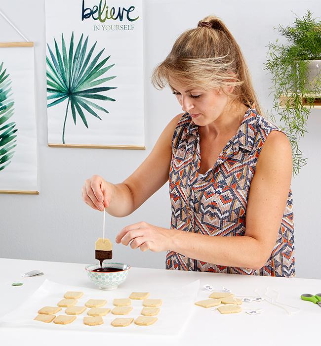 Kekse bis zur Hälfte in die Schokoglasur tunken