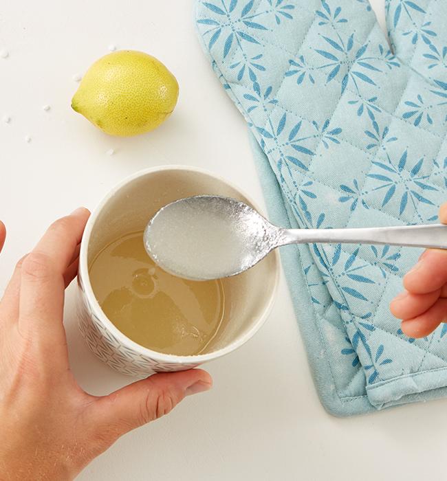 Seit dem Saft der Zitrone, Zucker und etwas Wasser die Glasur zubereiten