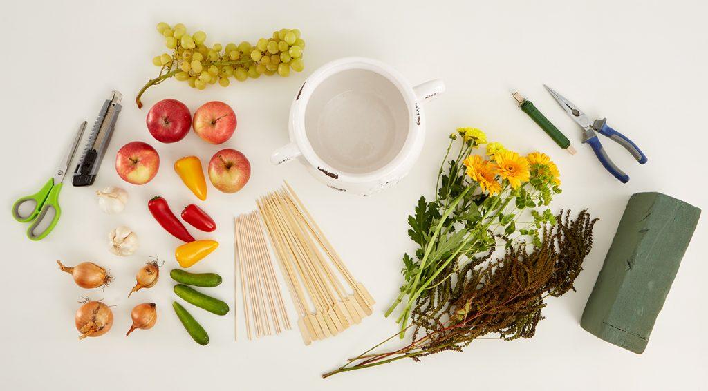 Herbstliches Gesteck mit Gemüse und Obst - was man alles benötigt