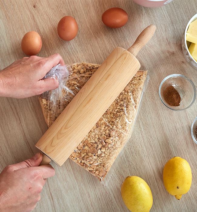 Die Butterkekse in einem Gefrierbeutel füllen und zerkleinern