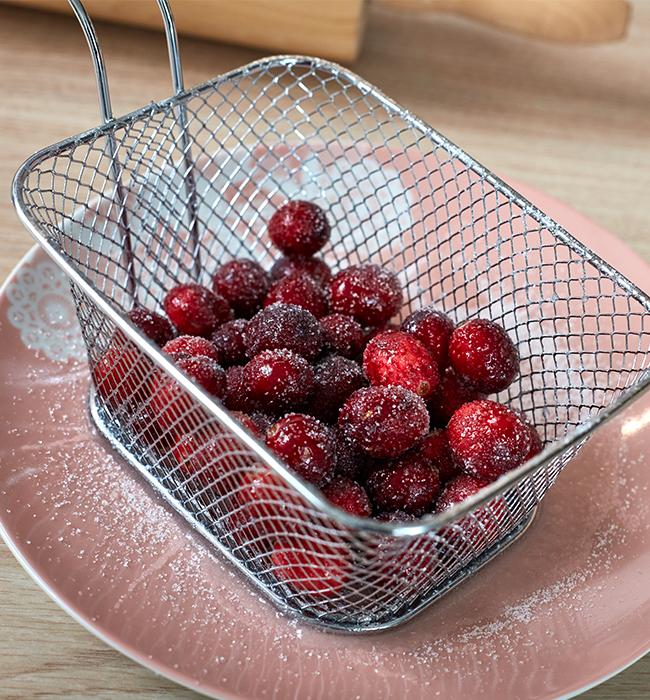 Cranberries im Zuckerbad baden