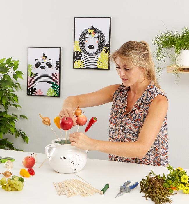 Obst und Gemüse auf die Spieße stecken